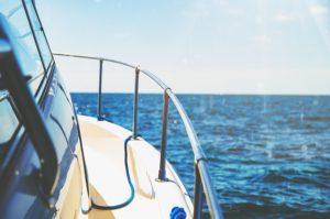 jacht na morzu